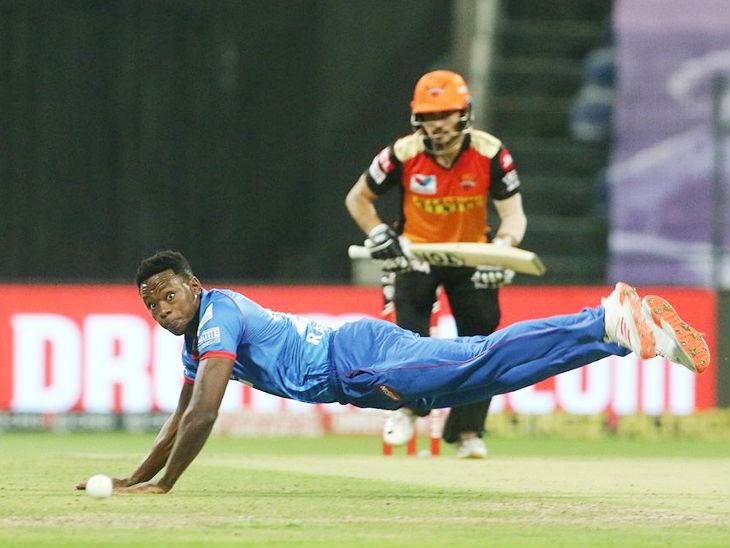 मैच में दिल्ली की फील्डिंग भी काफी शानदार रही। रबाडा बॉल पकड़ने के लिए डाइव लगाते हुए।