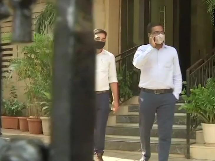 NCB के अफसर अर्जुन रामपाल के घर से निकलते हुए।