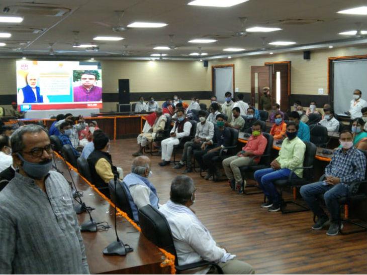 काशी में पीएम मोदी के कार्यक्रम को लाइव दिखाया गया।