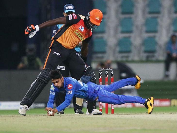 प्रवीण दुबे ने अपनी ही बॉल पर शानदार फील्डिंग की और टीम के लिए रन भी बचाए।