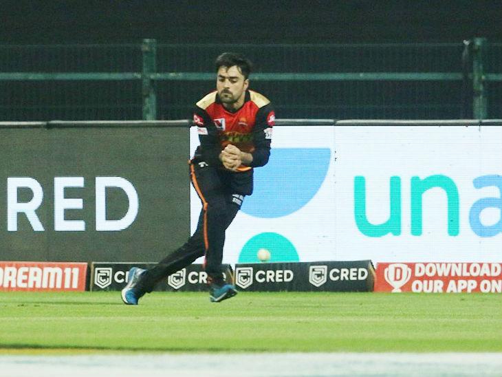 राशिद खान ने शिखर धवन का आसान कैच छोड़ा। यह सनराइजर्स टीम को काफी भारी पड़ा।