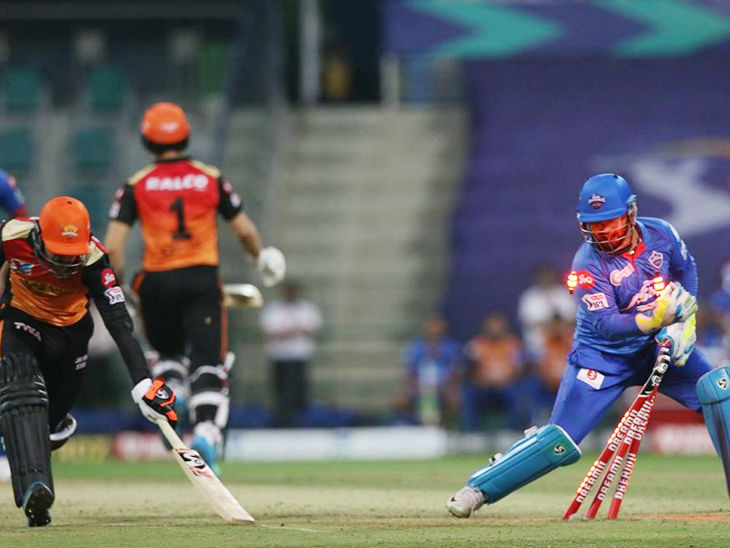 दिल्ली के विकेटकीपर ऋषभ पंत भी फुर्ती में दिखे। मैच के दौरान रनआउट की नाकाम कोशिश करते हुए।