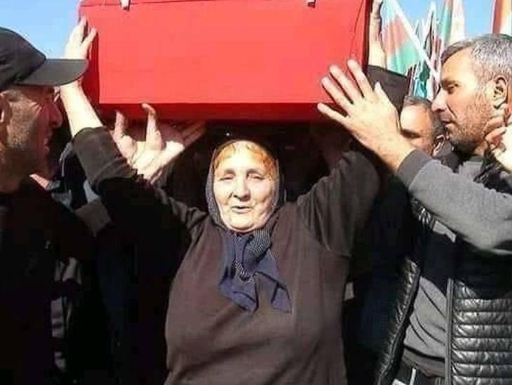इस युद्ध में शहीद होने वाले जवान की मां, जिन्होंने अपने बेटे की पार्थिव शरीर को कंधा दिया।