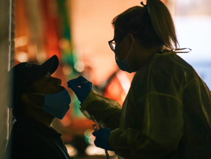 The third wave of infection in the US is moving dangerously. Along with this, testing has also been increased. Health worker testing a person on Monday in Milwaukee, Wisconsin.