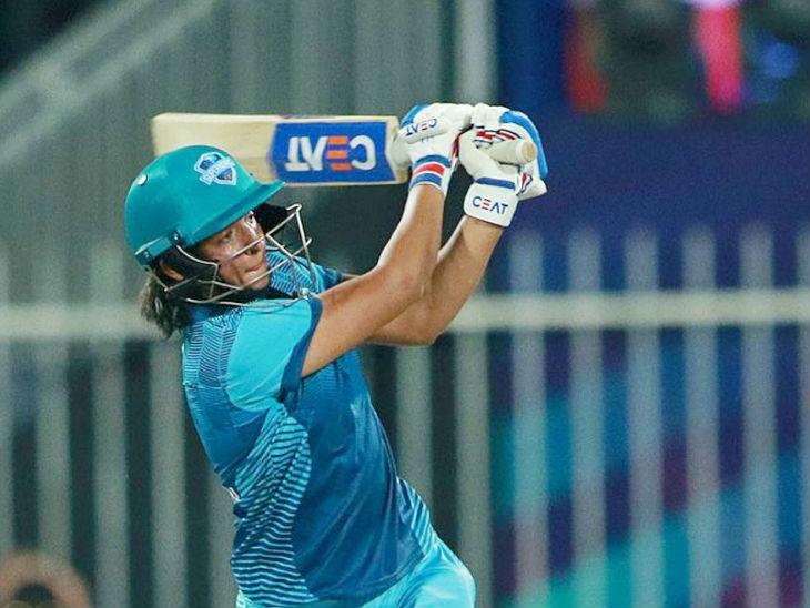 Captain Harmanpreet Kaur scored the highest 30 runs for Supernovas. He was bowled by Salma Khatoon.