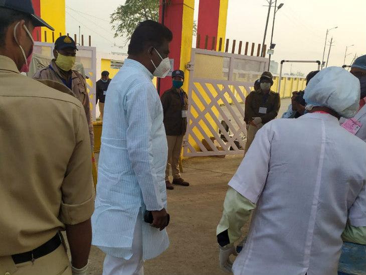 सांची से भाजपा प्रत्याशी प्रभु राम चौधरी रायसेन में मतगणना स्थल पहुंचे।