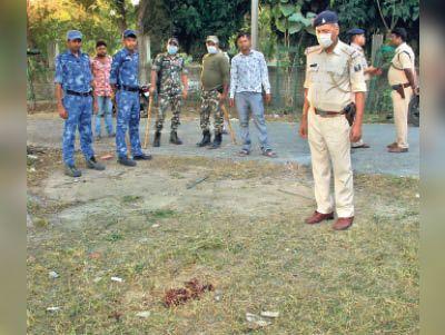 घटनास्थल के पास जांच करती पुलिस। - Dainik Bhaskar