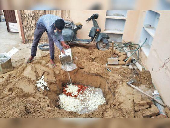 सीएम फ्लाइंग की टीम के साथ आए अधिकारी खराब मिठाइयों को नष्ट करवाते हुए। - Dainik Bhaskar