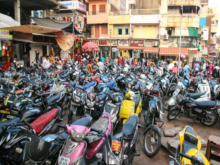 चौक बाजार में वाहनों की हर रोज भीड़ हो रही है, जिससे निकलना मुश्किल हो गया है।