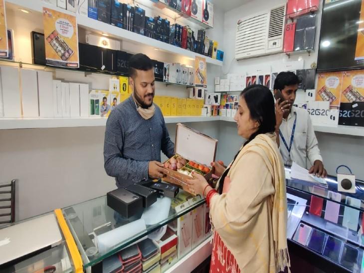 वाराणसी में मोबाइल खरीदने पर मिलेगी सब्जी, सोशल मीडिया पर देखकर आया आइडिया वाराणसी,Varanasi - Dainik Bhaskar