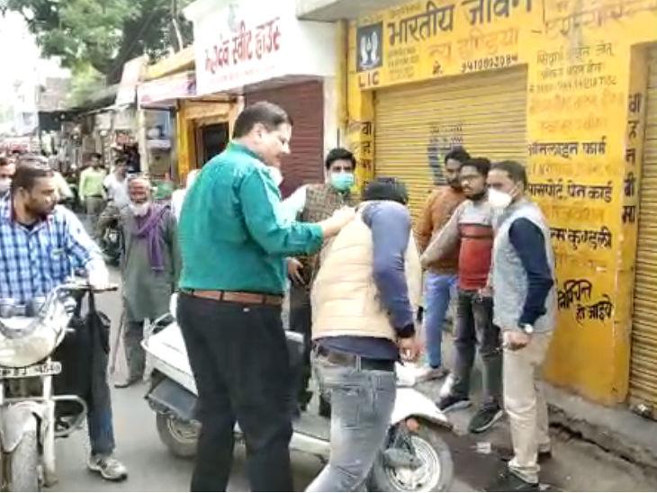 यह फोटो इटावा की है। डीआईओएस ने खुद तीन मुन्ना भाईयों को पकड़ा है। - Dainik Bhaskar