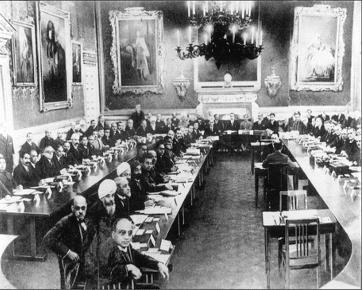 पहले गोलमेज सम्मेलन में शामिल हुए प्रतिनिधि।