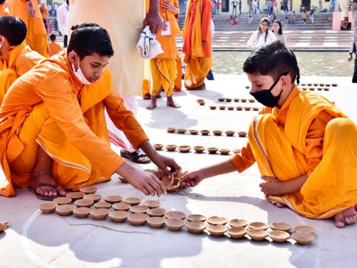 राम की पैड़ी पर दीये की मार्किंग के लिए 10 हजार वॉलेंटियर्स लगाए गए हैं।