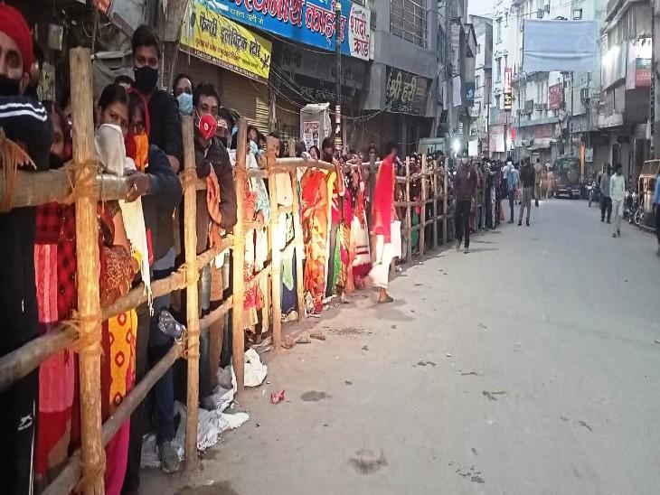 वाराणसी में मां अन्नपूर्णा के दर्शन को सुबह से लगी लंबी लाइन, बिना मास्क के मंदिर में एंट्री नहीं|वाराणसी,Varanasi - Dainik Bhaskar