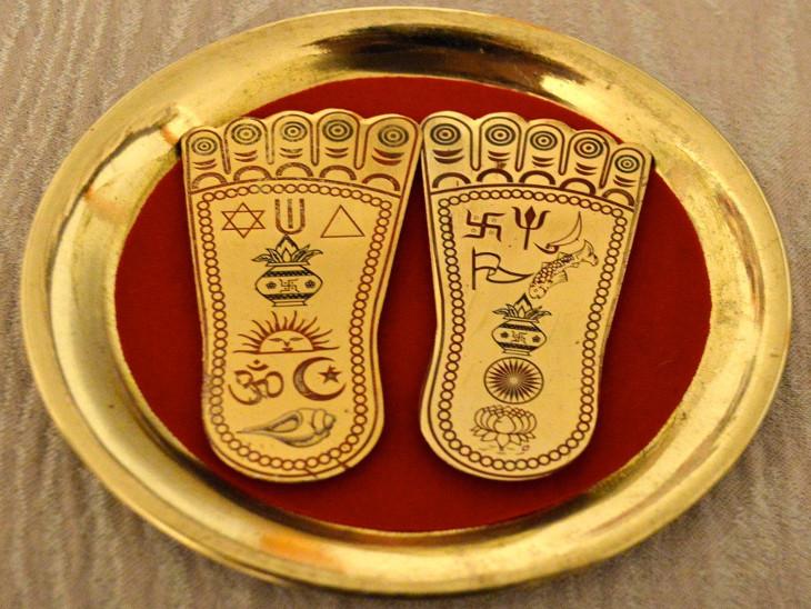दीपावली पर लक्ष्मीजी की तस्वीर के साथ ही चरण चिह्न, श्रीयंत्र, कुबेरदेव की मूर्ति भी रखनी चाहिए धर्म,Dharm - Dainik Bhaskar