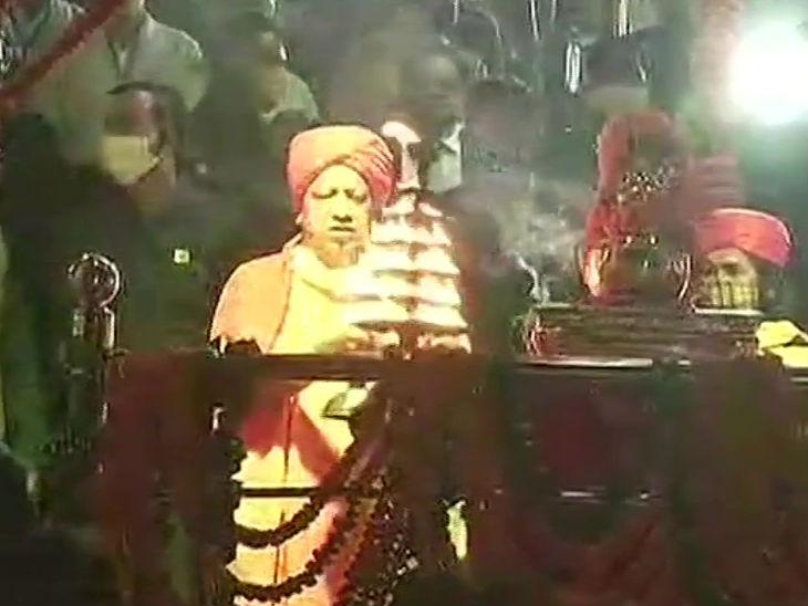 राम की पैड़ी पर योगी आदित्यनाथ ने सरयू की आरती के साथ दीपोत्सव की शुरुआत की।