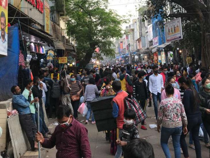 महीनों तक बंद रहे सरोजिनी नगर मार्केट में अब लोगों की भीड़ उमड़ रही है।
