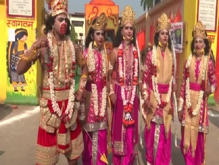 दीपोत्सव के मौके पर निकाली गई झांकियों में शामिल स्थानीय कलाकार।