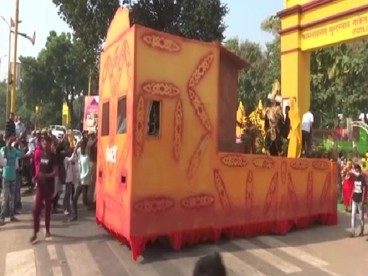 अयोध्या में दीपोत्सव कार्यक्रम के उद्घाटन से पहले झांकी निकाली गई।