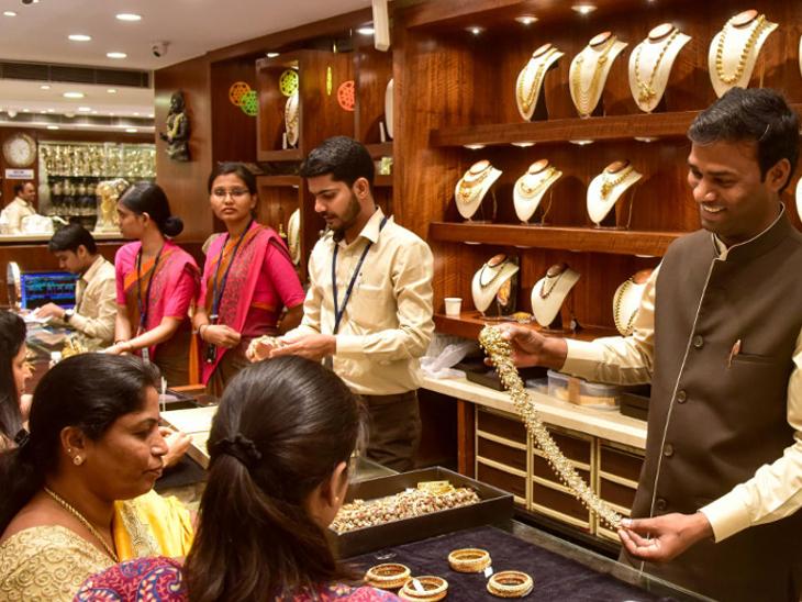 धनतेरस वाले दिन चांदी की कीमतें भी बढ़कर 62,000 रुपए प्रति किलोग्राम के पार पहुंच गईं थीं - Dainik Bhaskar