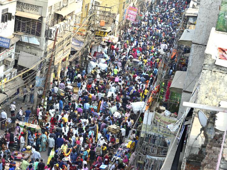 यह दिल्ली का सदर बाजार है। दिवाली की खरीदारी के कारण यहां आए दिन ऐसी भीड़ हो रही है। राजधानी में कोरोना के मामले तेजी से बढ़ रहे हैं, ऐसे में लोगों का यह हुजूम चिंता बढ़ाने वाला है।