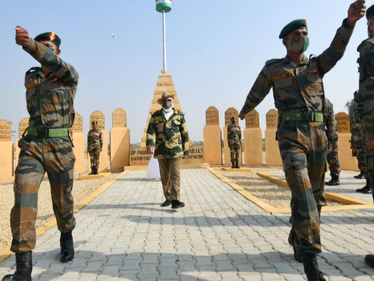 मोदी ने जवानों के साथ कदमताल की। उन्होंने सैनिकों के लिए कहा- आपका पराक्रम और शौर्य अतुलनीय है। 130 करोड़ देशवासियों को आपके शौर्य और अजेयता पर गर्व है।