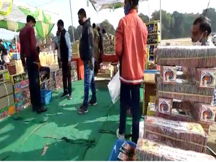Shopkeepers said this time the sales of firecrackers are very low.