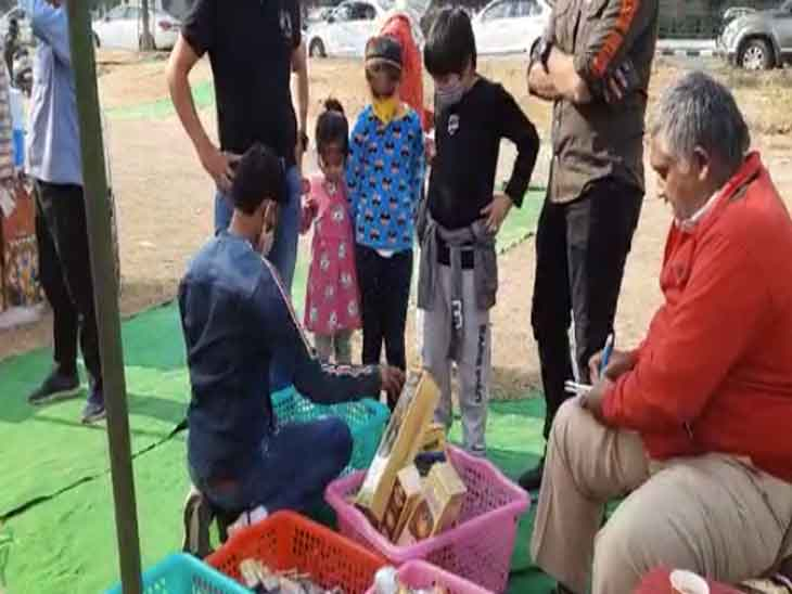 Small children are coming to Mohali where fireworks are being sold