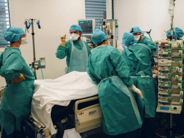 शुक्रवार को फ्रांस के मार्सिले शहर के एक अस्पताल में कोविड पेशेंट का इलाज करते डॉक्टर। यहां हॉस्पिटल में भर्ती होने वाली मरीजों की संख्या काफी कम हो गई है।