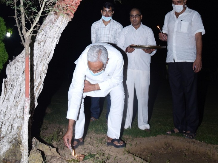 अपने सरकारी आवास पर दीप जलाते मुख्यमंत्री नीतीश कुमार।