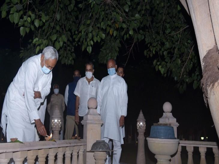 मुख्यमंत्री नीतीश कुमार ने अपने सरकारी आवास पर दीप जलाए, राज्यवासियों को दीं दीपावली की शुभकामनाएं|बिहार,Bihar - Dainik Bhaskar
