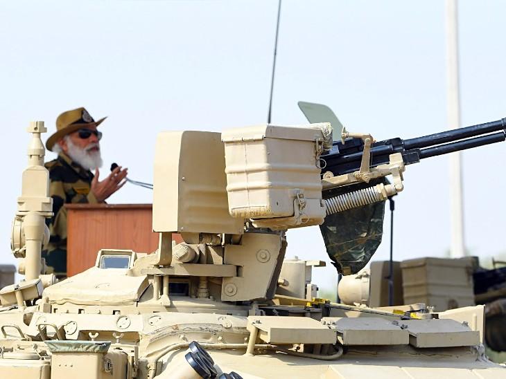 सेना के टैंक पर सवार प्रधानमंत्री नरेंद्र मोदी।