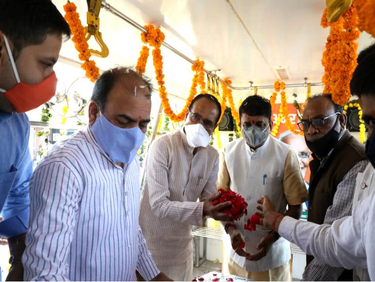 स्टेट हैंगर पर कैलाश सारंग को पुष्पांजलि अर्पित करते सीएम और अन्य भाजपा नेता।