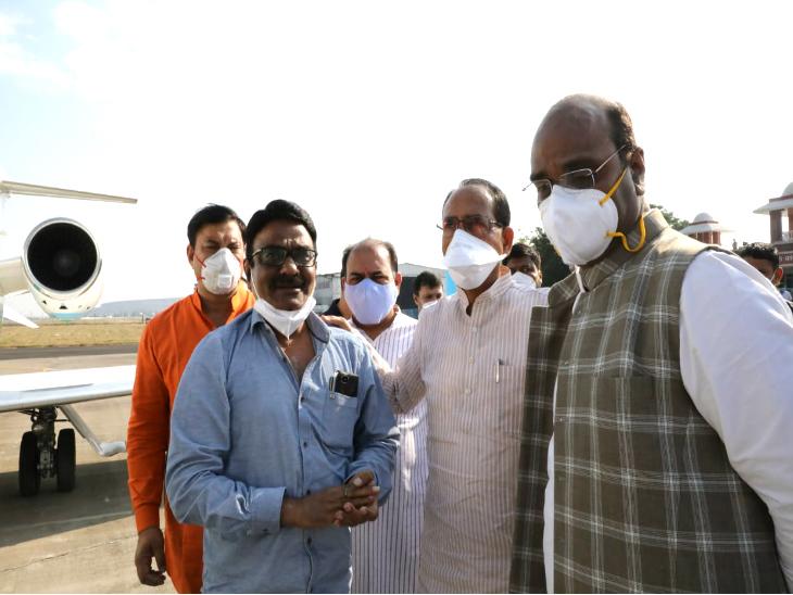 कैलाश सारंग के दोनों बेटो विवेक और कैबिनेट मंत्री विश्वास सारंग को ढांढ़स बंधाते मुख्यमंत्री।