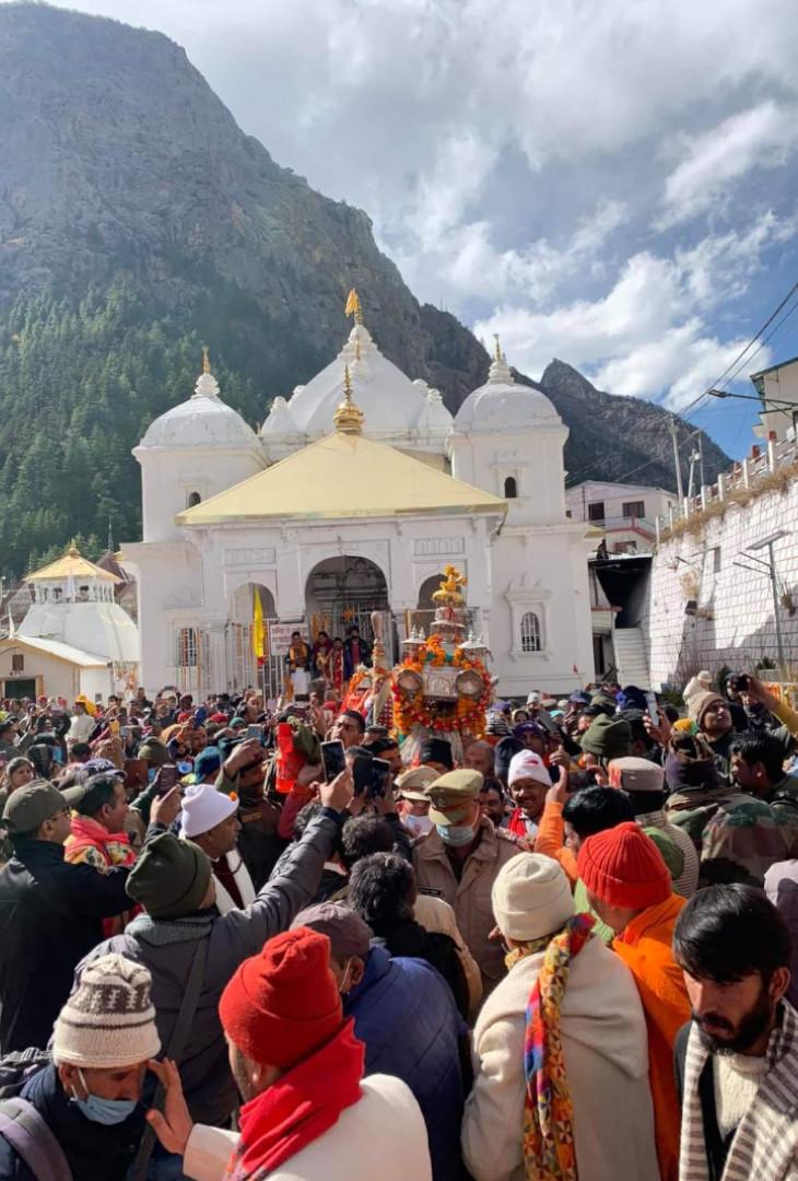 गंगोत्री के कपाट बंद होने से पहले बड़ी संख्या में भक्तों ने देवी के दर्शन किए।