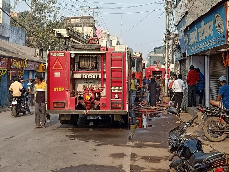 वाराणसी में बड़ा हादसा टला: गाड़ियों के ऐसेसरीजहाउस में भीषण आग लगी