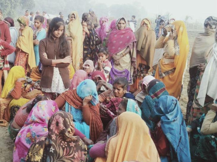घटनास्थल पर जुटी गांव की महिलाएं।