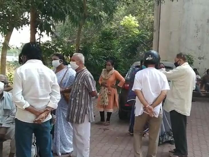 Family of deceased deposited outside hospital.
