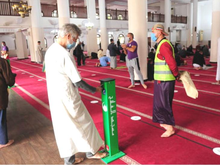 अल-फलाह मस्जिद में नमाज के लिए जुटे लोग कोरोना गाइडलाइन का पालन कर रहे हैं।