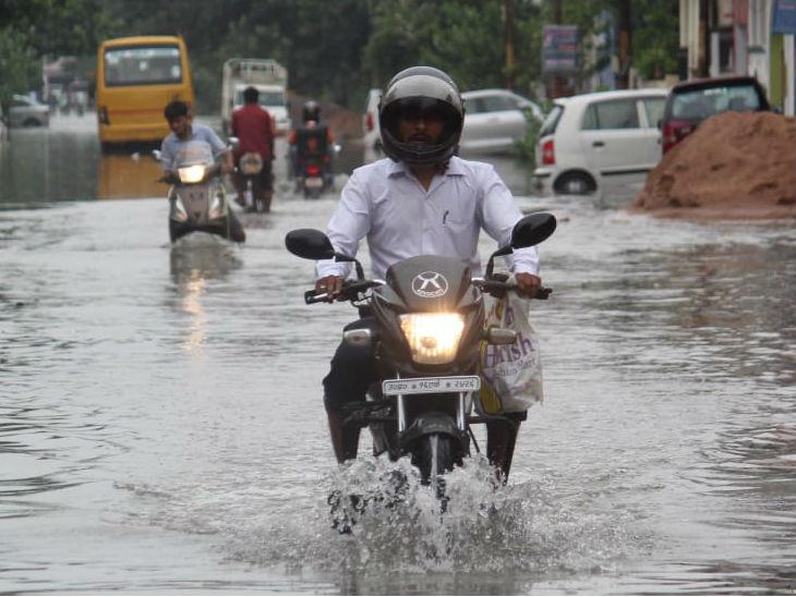 यह फोटो लखनऊ के आशियाना क्षेत्र की है। यहां हुई बारिश से जगह-जगह जलभराव हो गया। - Dainik Bhaskar