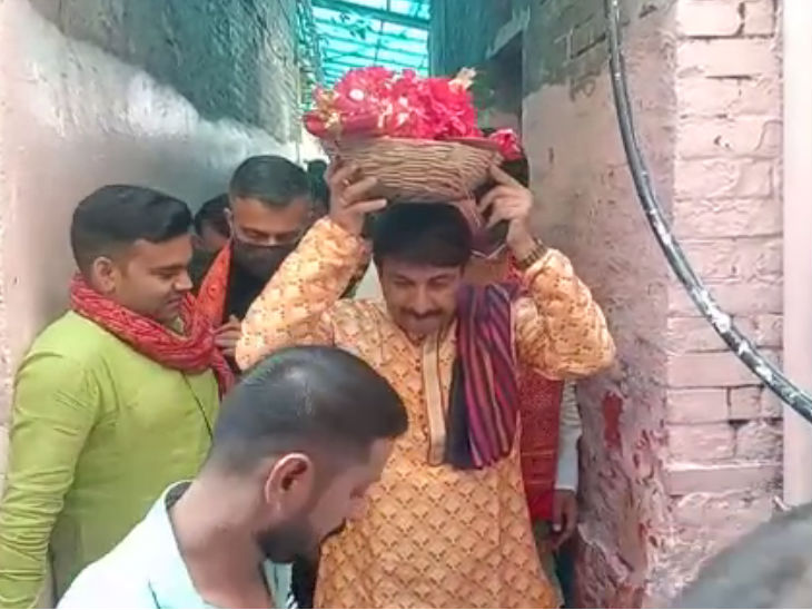 MP Manoj Tiwari with a basket of worship material on the head.