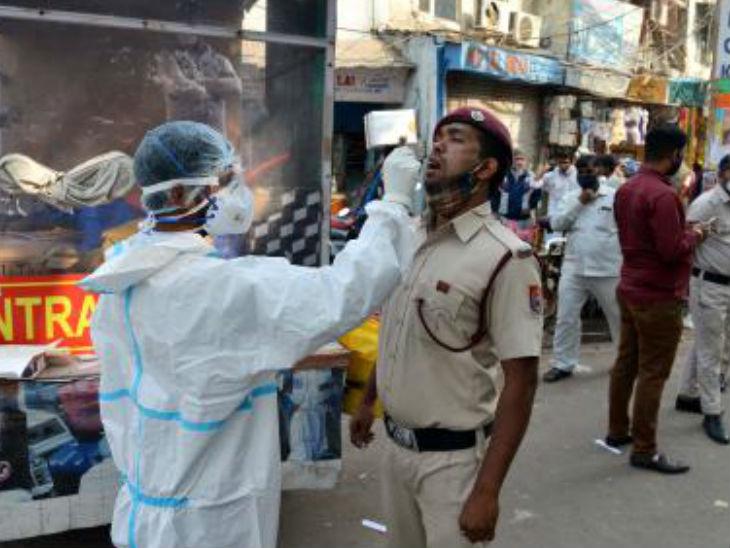 दिल्ली में कोरोना से होने वाली मौतों में भी तेजी आई है। बीते कुछ दिनों हर रोज 90 से ज्यादा लोगों की जान जा रही है।