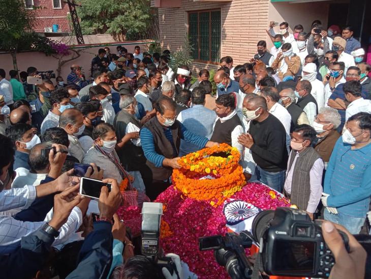 परिवहन मंत्री प्रताप सिंह खाचरियावास ने पार्थिव देह को अंतिम नमन किया।