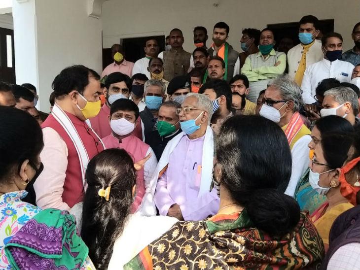 यूपी के डिप्टी सीएम केशव प्रसाद मौर्य, कैबिनेट मंत्री नंद गोपाल गुप्ता समेत कई भाजपा नेता सांत्वना देने सांसद बहुगुणा के घर पहुंचे।