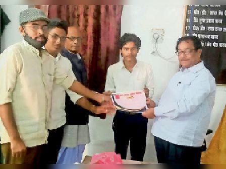 युवा वैज्ञानिक आनंद विजय को सम्मानित करते प्राचार्य डॉ. केपी यादव। - Dainik Bhaskar