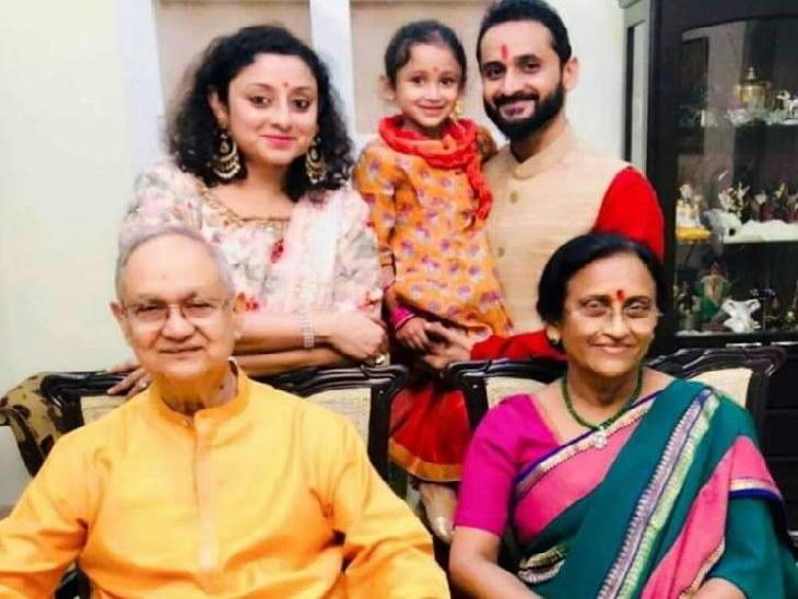 कुर्सी पर बैठी भाजपा सांसद रीता बहुगुणा जोशी, उनके बगल में पति पीपी जोशी। पीछे खड़ी हैं बहू ऋचा और बेटा मयंक। मयंक की गोद में पोती किया। -फाइल फोटो।