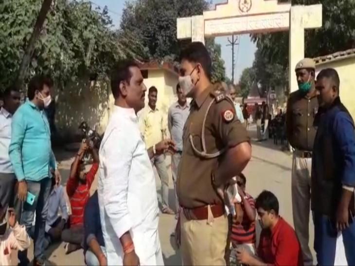 वाराणसी जिला जेल के बाहर व्यपारियों ने दिया धरना, बोले- मुफ्त में सामान नहीं देने पर जेलर ने निर्माण कार्य रोका|वाराणसी,Varanasi - Dainik Bhaskar