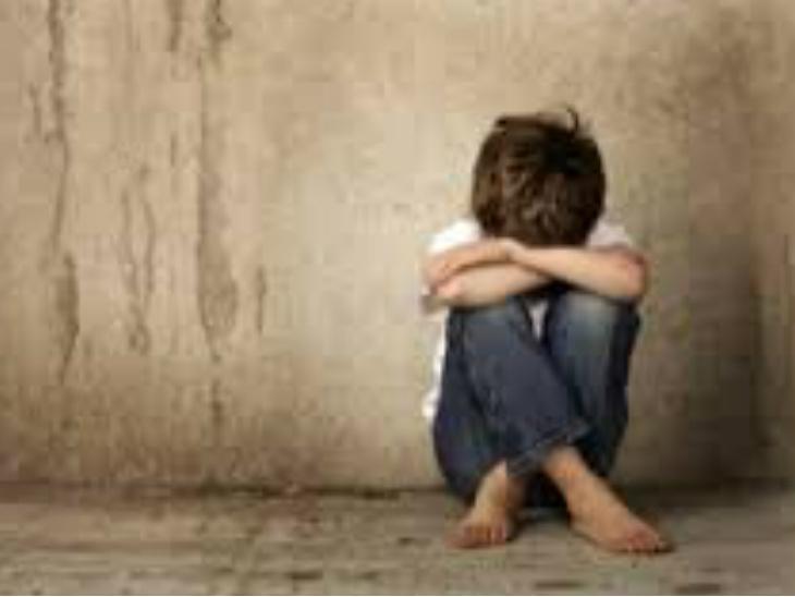 आरोपी बच्चों के साथ अश्लील फोटो और वीडियो बनाकर ऑनलाइन बेचता था। -प्रतीकात्मक फोटो। - Dainik Bhaskar