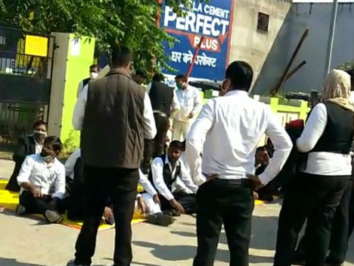 लखनऊ के वकीलों में आक्रोश: बिना नोटिस चैंबर तोड़े जाने से नाराज वकीलों ने सदर तहसील पर जड़ा ताला, बाहर नारेबाजी कर किया प्रदर्शन