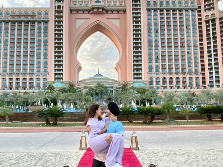 दुबई के जिस होटल में हनीमून मना रहे हैं रोहन और नेहा कक्कड़, उसकी एक रात की कॉस्ट है एक लाख रुपए|बॉलीवुड,Bollywood - Dainik Bhaskar